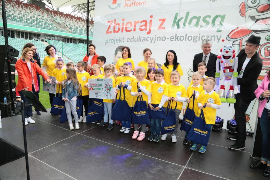 Laureaci 1 miejsca - Szkoła z miejscowości Wielowieś z fundatorem nagrody - wycieczki zagranicznej od Vacansoleil, fot. Paweł Wodzyński