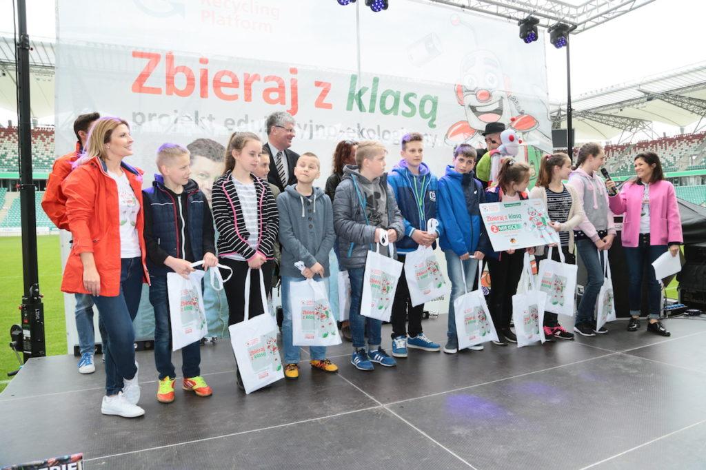Laureaci 2 miejsca - Szkoła z Wydrzy z ambasadorami i prowadzacymi, fot. Paweł Wodzyński