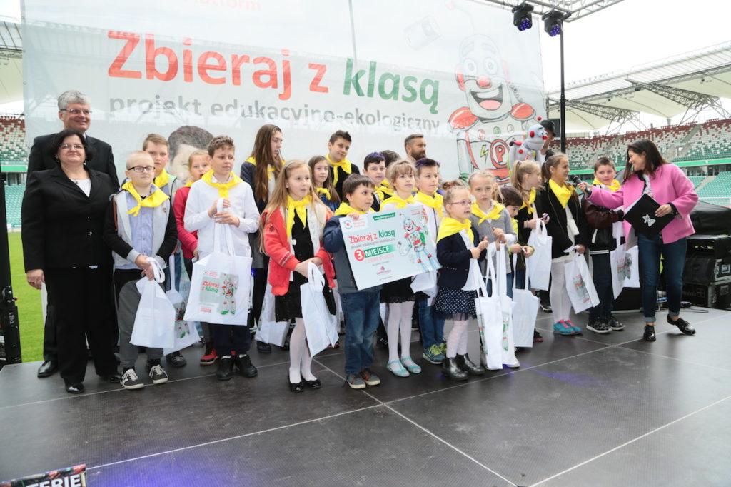 Laureaci 3 miejsca - Szkoła z miejscowości Wysoka z fundatorem nagrody z Farmy Iluzji, fot. Paweł Wodzyński