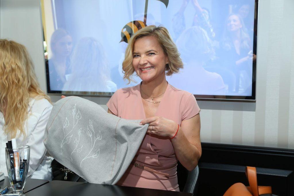 Monika Zamachowska ze stworzona przez siebie eko torba